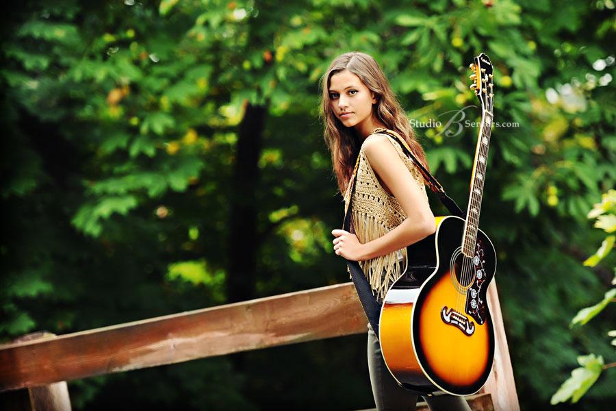 Kết quả hình ảnh cho cô gái chơi đàn guitar