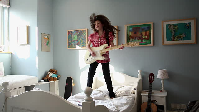 mua dan guitar cho tre