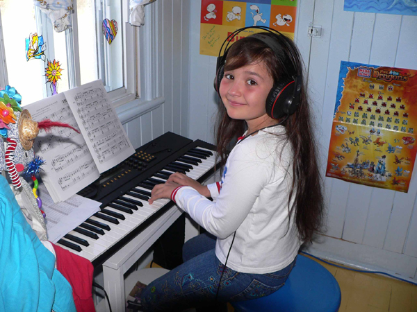 Kết quả hình ảnh cho vừa chơi organ vừa hát