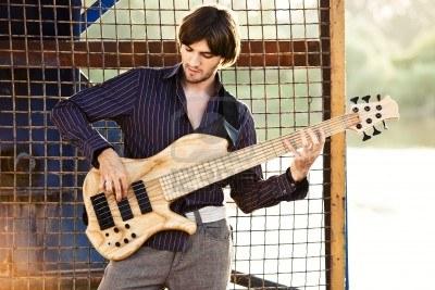 Kết quả hình ảnh cho tư thế đúng khi chơi guitar